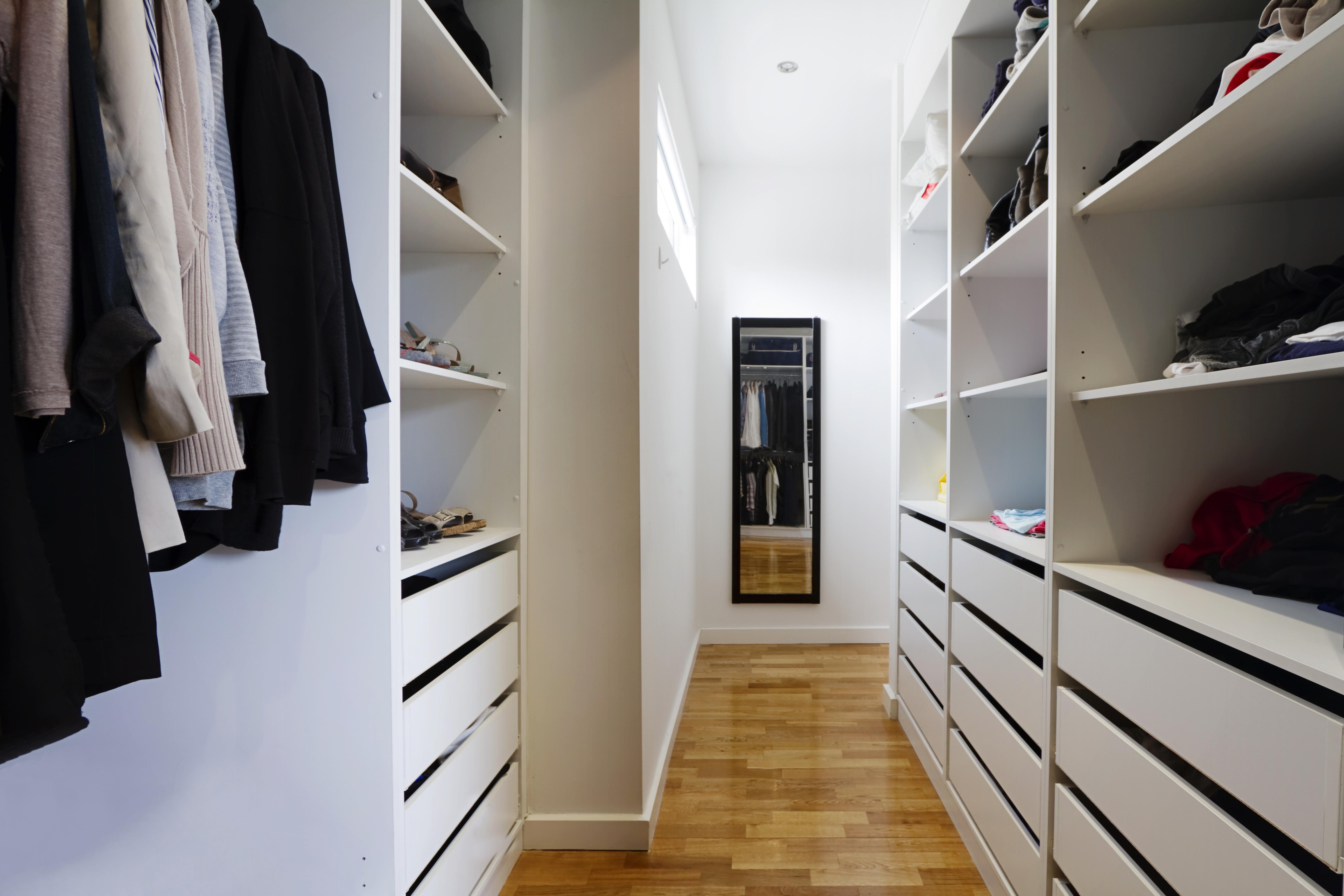 Выручай-комната: вместительная гардеробная в квартире.